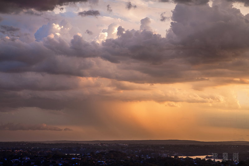 澳大利亚落日时分远方有雨的天幕(大纪元/伊罗逊)