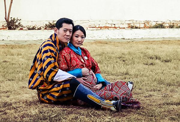 2016年1月5日,不丹王室公布的照片,不丹国王和王后坐在巴罗王宫旁草地上,国王旺楚克抱着妻子佩玛,两只手放在娇妻隆起的孕肚上,两人爱的结晶小王子预计下个月报到。(AFP)