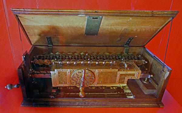 萊布尼兹設計的計算機。由Hajotthu分享, Museum Herrenhauses(維基百科公共領域)