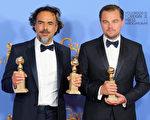 萊昂納多‧迪卡普里奧與墨西哥名導伊納里圖憑藉《還魂者》分別獲得劇情類影帝和最佳導演獎,該片並贏得劇情類最佳影片大獎。(Mark Davis/Getty Images)