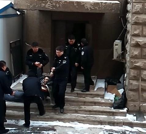 2015年1月20日,沈河區法院第三次非法庭審於溟等人時,法警施暴拖人。(明慧網)