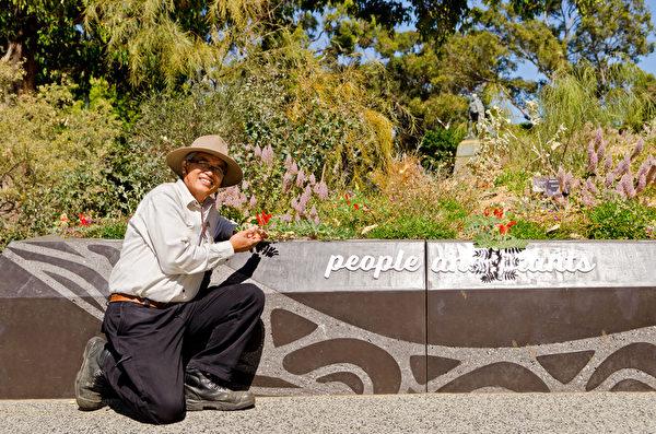 能来到澳洲这个自由社会,并能在国王公园植物园工作,彼得‧阮(Peter Nguyen)一直觉得自己很幸运,他以感恩的心态,尽力回报这个社会。人们喜爱植物园,在这里流连忘返,让他感觉很满足。(周鑫/大纪元)