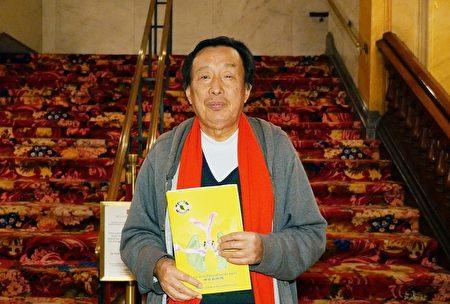 旅居美國的羅瑞卿大將之子羅宇在費城音樂學院劇院觀賞2016年神韻演出資料照。(新唐人電視台提供)