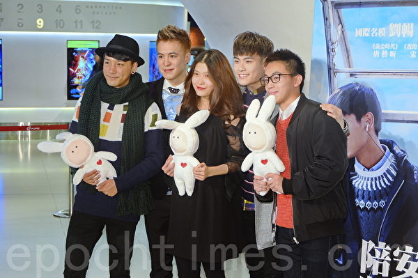 麦曦茵(左三)和一众演员出席活动。(宋祥龙╱大纪元)