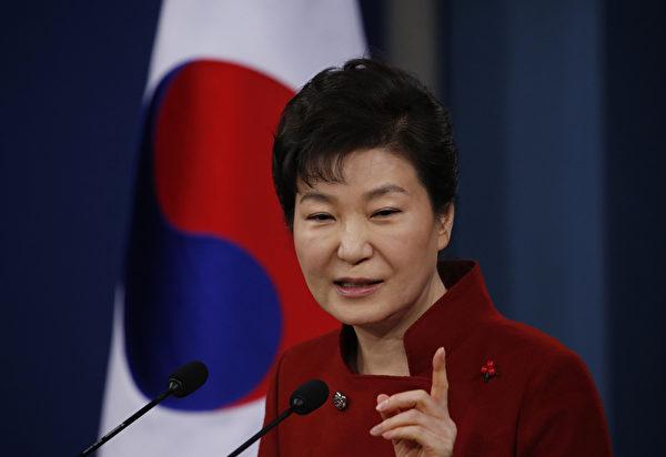 2016年1月13日,在朝鲜实施第四次核爆一周之后,韩国总统朴槿惠在青瓦台发表讲话时称,韩国将动员一切力量,采取能够改变朝鲜态度的最强力制裁措施,并呼吁国际社会以不同于过去的方式应对朝鲜核问题。(Kim Hong-Ji/AFP)