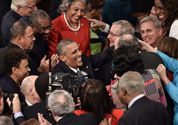 2016年1月12日,美国华盛顿特区,总统奥巴马到国会发表任内最后一次国情咨文时,受到议员们的欢迎。(NICHOLAS KAMM/AFP)