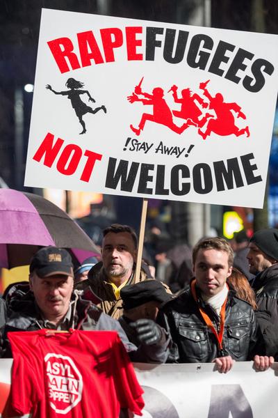 2016年1月11日,德国莱比锡,反伊斯兰移民的Pegida在德国莱比锡为除夕性骚扰事件持续示威的海报。16日上千名Pegida支持者也在科隆举行示威活动,随后演变成暴乱,科隆警方以水柱驱离示威者并解散示威活动。德国在2015年大约收容了110万难民,引发了社会上观点不同的声音。(Jens Schlueter/Getty Images)