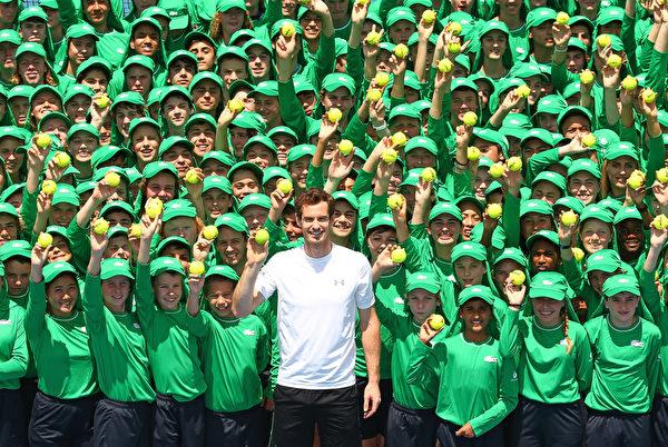 2016年1月12日,澳大利亚墨尔本,澳大利亚网球公开赛将于1月18日在墨尔本公园开赛。图为英国的穆雷和球僮团队合影。澳网2016球僮许多来自海外,包括20名来自韩国,6位来自中国,2人来自新加坡。(Scott Barbour/Getty Images)