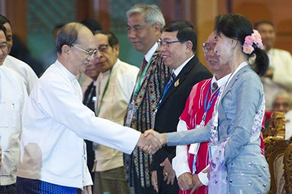 """2016年1月12日,缅甸政府举行为期五天的""""联邦和平代表大会"""",图为开幕式上缅甸总统吴登盛(左)和缅甸反对派领袖昂山素季(右)握手。缅甸有许多活跃的争取自治的少数民族反叛武装拒绝参与此次会议,将是昂山素季的新政府即将面临的棘手问题。(YE AUNG THU/AFP/Getty Images)"""