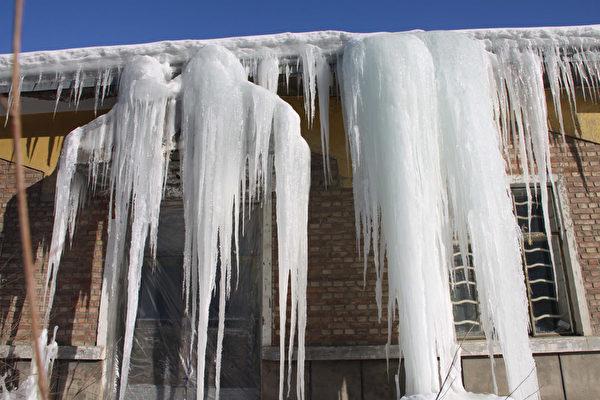 2016年1月12日,中国新疆维吾尔族自治区阿勒泰,受圣婴现象影响,与以前的冬天相比阿勒泰地区今年似乎是个暖冬。图为白天积雪融化后,夜间再度冻结形成下垂的冰柱。(ChinaFotoPress/Getty Images)