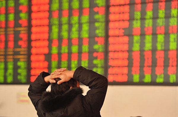 2016年1月13日,大陆股市继续下跌,沪指收盘大跌2.42%,跌穿3000点关键心理价位。在今年开盘的8个交易日中,沪指下跌近600点,跌幅为16.66%,创A股有史以来最差开局。(ChinaFotoPress/Getty Images)
