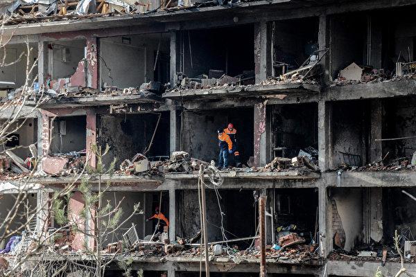 2016年1月14日,土耳其迪亚巴克尔,省长办公室表示,库德族好战分子在土耳其东南部以汽车炸弹攻击警察局和邻近的员警宿舍,造成5人丧命、39人受伤。爆炸对员警和眷属居住的建筑物构成严重损害,图为建筑物整片外墙都被炸毁。(ILYAS AKENGIN/AFP)