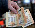 從加利福尼亞州、佛羅裡達州和田納西州產生3張中強力球頭獎彩票,每張彩票將獲得5.288億美元(約合34.8億元人民幣)的獎金。(Justin Sullivan/Getty Images)