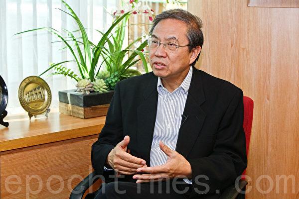 华人民主书院荣誉校长郑宇硕认为,近年来中共的统战策略,踢到铁板,对港台年轻人几乎不起作用。(余钢/大纪元)