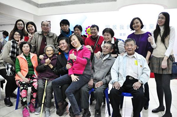 年迈的双亲和众亲友团是林为洲最大的精神支柱。(赖月贵/大纪元)