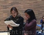 福建女江金珠(右)在听证会上说到自己的受害经历时泣不成声,左为王君宇律师。(施萍/大纪元)