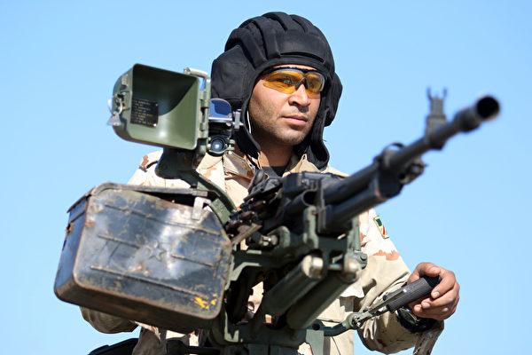 2016年1月14日,伊拉克南部城市巴士拉一名伊拉克士兵在检查站站岗,进行守卫任务。(HAIDAR MOHAMMED ALI/AFP)