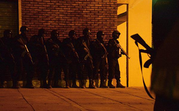 2016年1月16日,西非国家布基纳法索(Burkina Faso)遭恐怖袭击,首都瓦加杜古一间经常有外国人入住的四星级酒店被武装分子袭击,造成至少29人死亡,包括10名西方国家人士。图为案发时布基纳法索特种士兵准备攻击。(AHMED OUOBA/AFP)