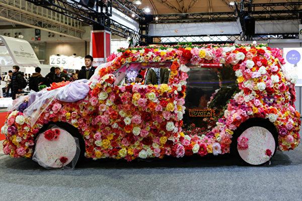 2016年1月15日,日本千叶,2016年东京汽车沙龙车展,图为展场中一台全车以鲜花装饰的订制车。东京汽车沙龙由2016年1月15日至17日展出。(Christopher Jue/Getty Images)