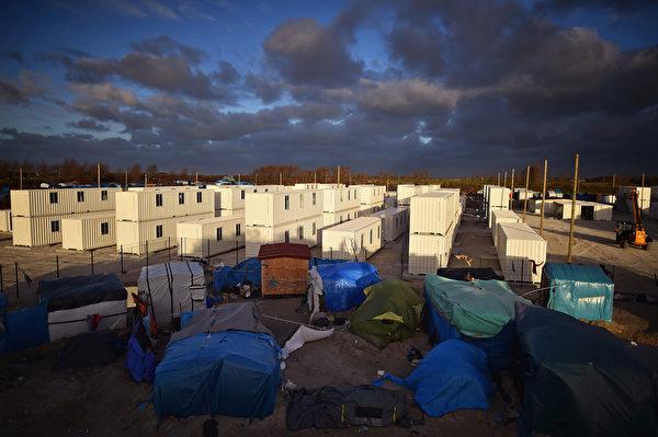 """2016年1月15日,法国加莱,在加莱附近正在建设的新移民临时营地(营地被媒体称为""""丛林"""")。数以千计的移民在此临时营地中生活,加莱可从欧洲海底隧道通往英国,许多移民企图从此闯关。(Jeff J Mitchell/Getty Images)"""