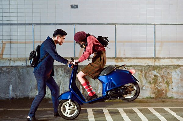 一場張立昂(左)急抓騎車中的邵雨薇,場景像極了韓劇《來自星星的你》都教授從天而降、帥氣擋車救千頌伊的戲。(三立提供)