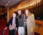 2016年1月19日晚,画家Diana Whiting与丈夫和母亲在爱达荷州博伊西观看了神韵演出。(史迪/大纪元)
