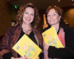 退休地产开发商Ilene Leasure(右)激动地表达着对神韵的崇敬。(马亮/大纪元)