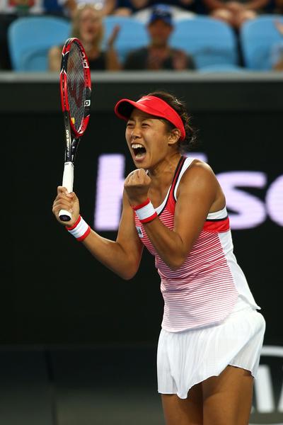 在澳洲網球公開賽,世界排名133位的中國女將張帥終圓大滿貫取勝夢,擊敗世界第二號選手西蒙娜.哈勒普。這是自張帥進入大滿貫比賽以來,首次獲勝。(Mark Kolbe/Getty Images)