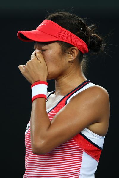19日(週二)晚,張帥在以2:0(6-4 6-3) 的成績,戰勝了去年美國網球公開賽四強之一的西蒙娜.哈勒普後,禁不住喜極而泣。(Photo by Mark Kolbe/Getty Images)