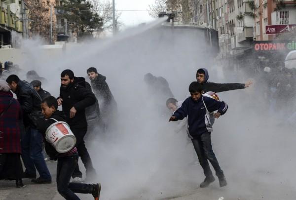 2016年1月17日,土耳其防暴警察用高压水枪驱散在迪亚巴克尔抗议宵禁的示威者。1月14日库尔德武装在迪亚巴克尔发动汽车炸弹袭击警察局,造成6人死亡,39人受伤后,土耳其政府下令实施9天宵禁,近日才解除。(ILYAS AKENGIN/AFP)