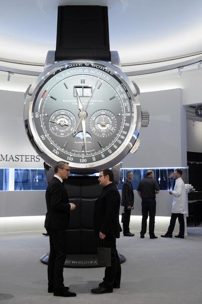 """2016年1月18日,日内瓦""""沙龙国际高级钟表展""""(SIHH)中,瑞士历峰集团旗下的顶级手表品牌朗格所展示一个巨大的手表模型。(Richard Juilliart/AFP)"""