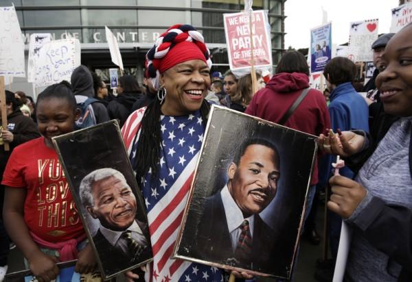 2016年1月18日,华盛顿州西雅图,马丁·路德·金纪念日的集会和游行,游行中西雅图民众拿着纳尔逊·曼德拉和马丁·路德·金的画像。(JASON REDMOND/AFP/Getty Images)