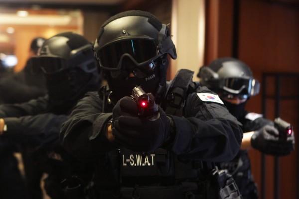 2016年1月20日,韩国首尔,乐天酒店反恐演练,集团的员工组成的特殊武器成员和战术小组(SWAT)演练中。这次演习正值国际恐怖主义的阴影中,备受关注。(Chung Sung-Jun/Getty Images)