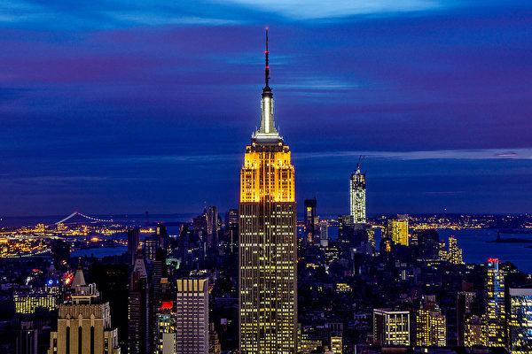曼哈顿夜景,地标之一的帝国大厦灯火通明。(Afton Almaraz/Getty Images)