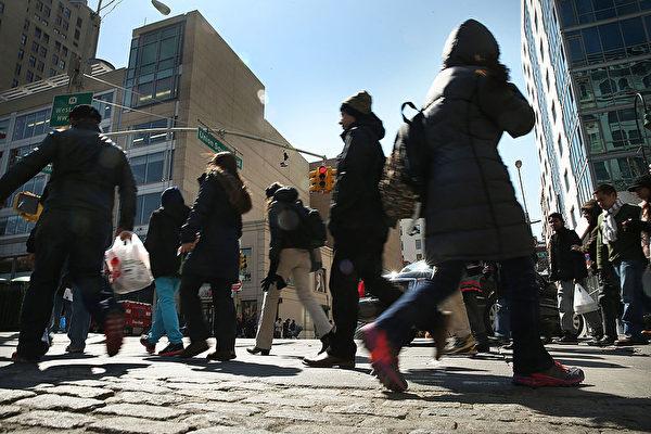 纽约的生活节奏快,路上的行人都是行色匆匆。(Spencer Platt/Getty Images)