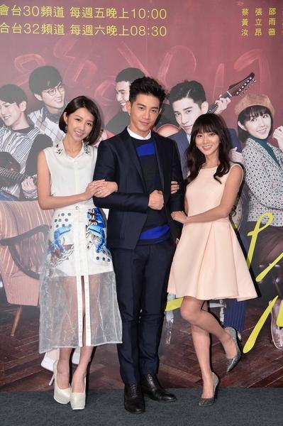 圖為華劇《1989一念間》男主角張立昂(中),女主角(左起)則為邵雨薇(左)與蔡黃汝(豆花妹)。(三立提供)