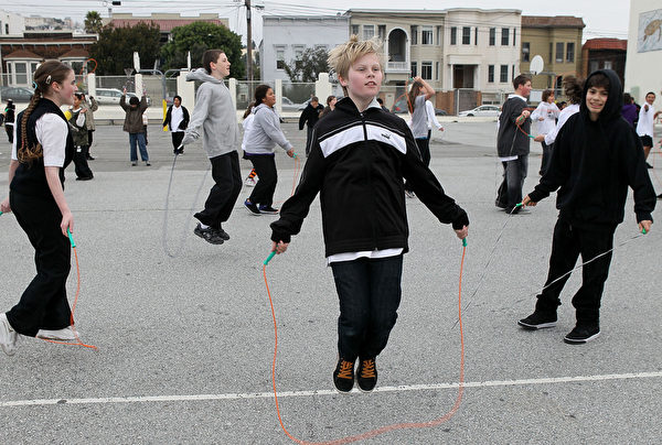 舊金山學區的中學生在體育課上練跳繩。(Justin Sullivan/Getty Images)