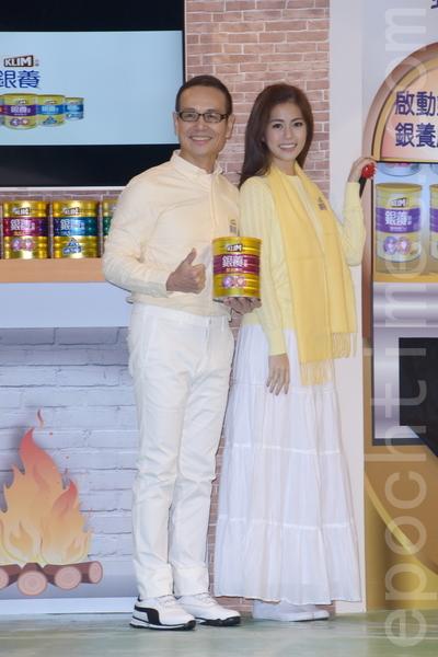 任容萱以及任爸于2016年1月22日在台北出席奶粉活动。(黄宗茂/大纪元)