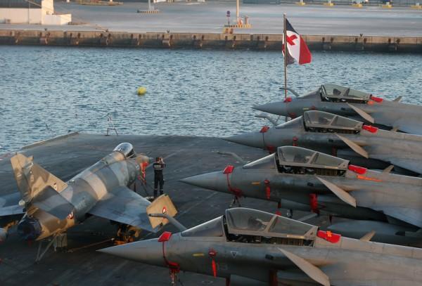 2016年1月21日拍摄,停靠在阿布扎比扎耶德港口的法国航空母舰戴高乐飞行甲板上,阵风战斗机(右)和超级军旗攻击机(左)。(STRINGER/AFP)