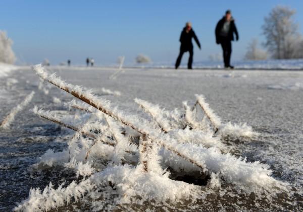 2016年1月22日,德国西北部不来梅的Semkenfahrt运河,冬季形成约3公里长的天然滑冰场,人们以滑冰的方式通过此区。(Ingo Wagner/AFP)