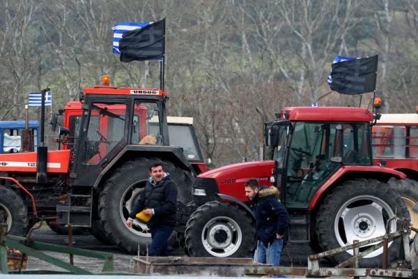 2016年1月22日,希腊北部城市农民抗议希腊政府有争议的养老金改革,农民驾着大型拖拉机将国道堵得水泄不通。(SAKIS MITROLIDIS/AFP)