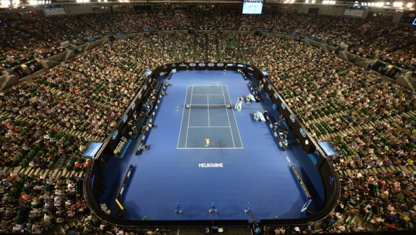 2016年1月22日,澳洲墨尔本,2016年澳大利亚网球公开赛第三轮,图为俄罗斯的莎拉波娃(后)对阵美国的劳伦·戴维斯的比赛盛况。终场莎拉波娃击败戴维斯拿下生涯600胜。(SAEED KHAN/AFP)