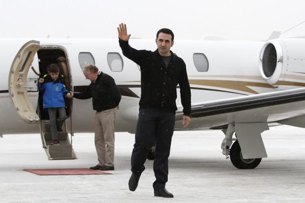 2016年1月21日,美国密歇根州弗林特,前美国海军陆战队员阿米尔·赫克马蒂获释返国,他在2011年前往伊朗探视祖母时被控间谍罪遭关押。本次换俘,伊朗方面释放4人交换美国释放7名伊朗人。(Sarah Rice/Getty Images)