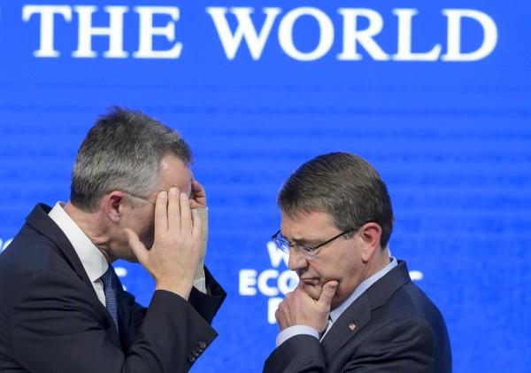2016年1月22日,世界经济论坛(WEF)达沃斯年会上,北约秘书长斯托尔滕贝格(左)和国防部长阿什顿·卡特(右)严肃的交谈。在瑞士举办的这个年度盛会受到强降雪笼罩。(FABRICE COFFRINI/AFP)