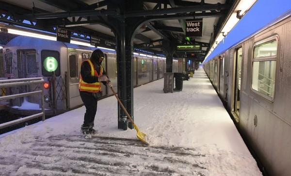 1月24日,紐約部分地鐵恢復通車。(DON EMMERT/AFP/Getty Images)