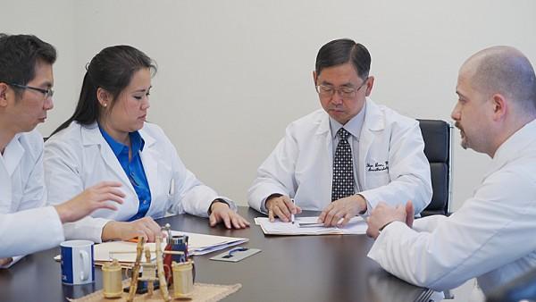 李漢植醫師與團隊人員一起研究病人案例。(圖/大紀元)
