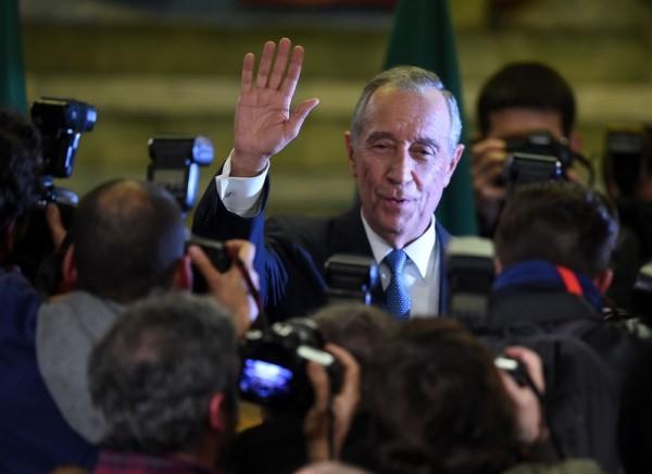 圖為2016年1月24日,葡萄牙舉行總統大選投票,時年67歲的法學教授兼電視名嘴德·索薩獲得近53%的選票,當選為葡萄牙總統。(FRANCISCO LEONG/AFP/Getty Images)