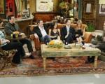 2004年《老友记》六位主演做客杰伊‧雷诺(右)主持的《今夜秀》资料照。(Paul Drinkwater/NBC via Getty Images)