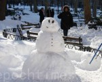 哥倫布公園的雪人。(蔡溶/大紀元)