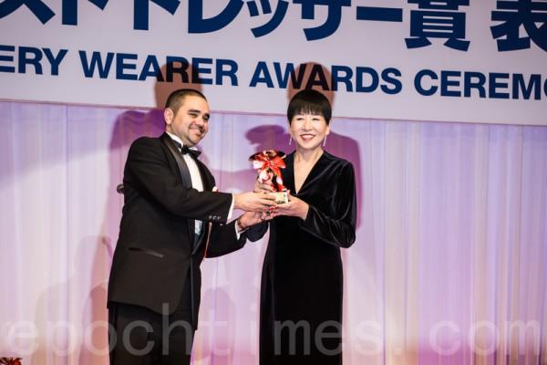 獲得「最佳寶飾佩戴獎」的六十幾歲年齡代的歌手和田明子。(盧勇/大紀元)